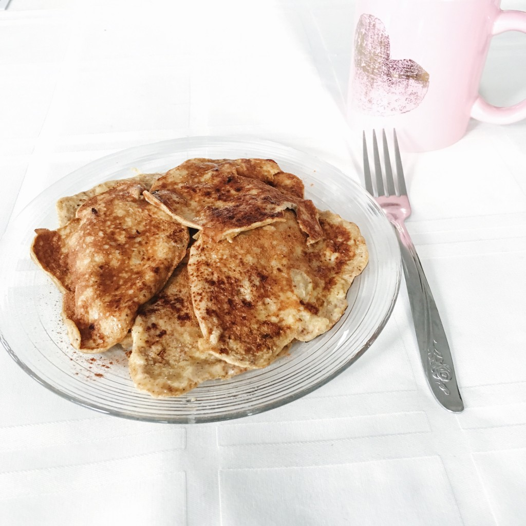 Cheat but not on Whole30 with these 2 ingredient egg & banana pancakes - EverydayStarlet.com